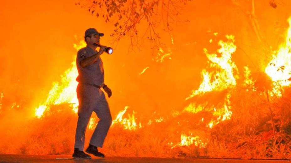Bombeiro trabalha para conter incêndio no interior de São Paulo. A falta de chuva contribui para que o fogo se alastre em diversas regiões do país