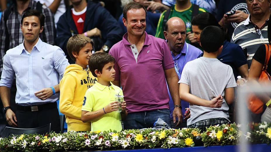 O piloto Rubens Barrichello, no Ginásio do Ibirapuera, com os filhos, para ver Rafael Nadal no Brasil Open, em fevereiro