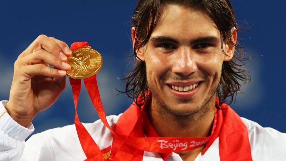 O espanhol Rafael Nadal com o ouro conquistado em Pequim-2008