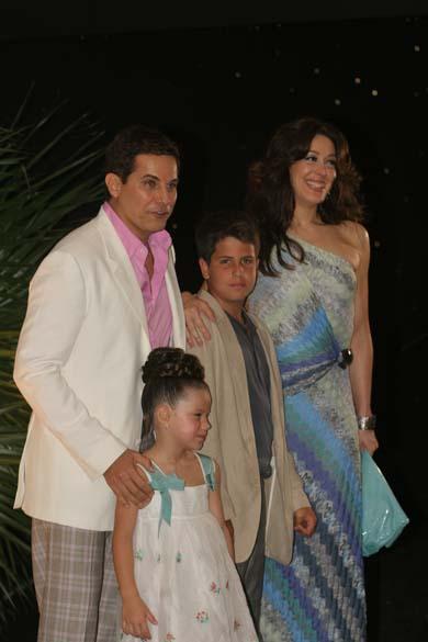 Em 2008, Claudia Raia preparou uma festa surpresa para os 50 anos de Edson Celulari. Na foto, eles com os filhos Enzo e Sophia