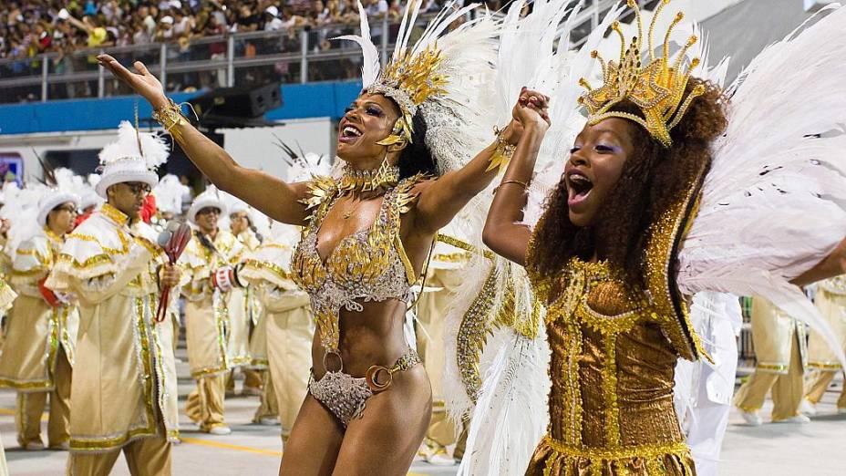 Rainha da Bateria, Simone Sampaio desfila com sua filha, no sambódromo do Anhembi
