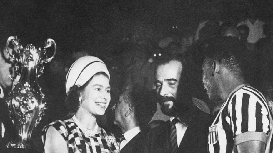 A rainha Elizabeth II e Pelé, nos anos 60, no Rio de Janeiro