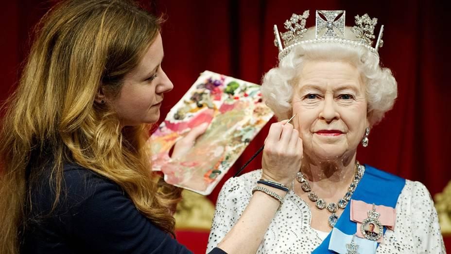 Artistas dão últimos retoques na nova estátua de cera da rainha Elizabeth 2ª no museu Madame Tussauds, em Londres (Reino Unido)