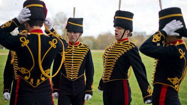 Membros da artilharia real aguardam a salva de disparos em comemoração ao 86º aniversário da rainha Elizabeth II, no Hyde Park, em Londres