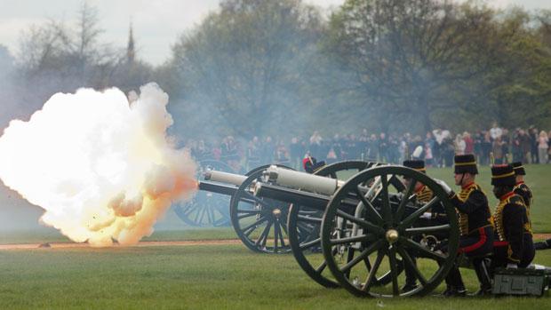 Canhões fazem 41 disparos em comemoração ao 86º aniversário da rainha Elizabeth II, no Hyde Park, em Londres