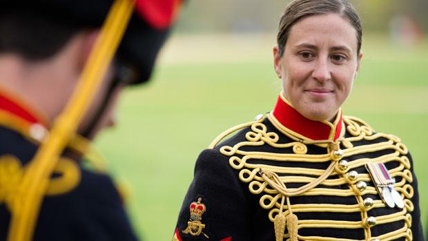 Membros da artilharia real aguarda a salva de disparos em comemoração ao 86º aniversário da rainha Elizabeth II, no Hyde Park, em Londres