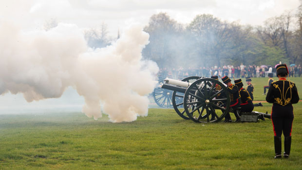 Artilharia real britânica faz 41 disparos de canhão em homenagem ao 86º aniversário da rainha Elizabeth II