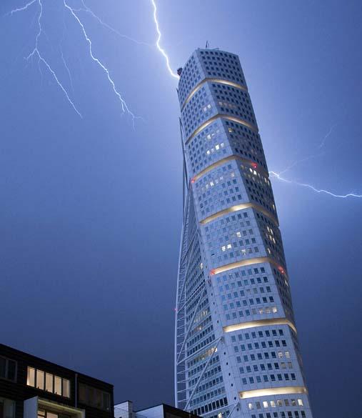 Na cidade de Malmo, raio atinge os 190 metros de altura do edifício Turning Torso, o mais alto da Suécia