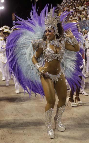 Raissa Oliveira desfilou pela Beija-Flor, no Rio de Janeiro
