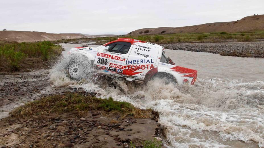 Carro da dupla Giniel De Villiers e Dirk Zitzewitz atravessa rio, durante a décima primeira etapa do rali Dakar, no Peru - 12/01/2012