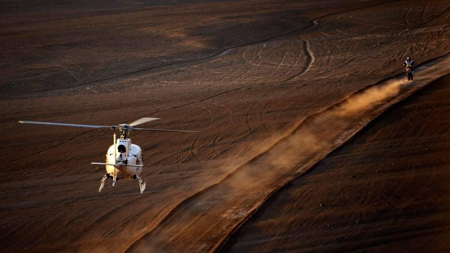 Espanhol Marc Coma é acompanhado por helicóptero, durante a décima etapa do rali Dakar, no Chile - 11/01/2012