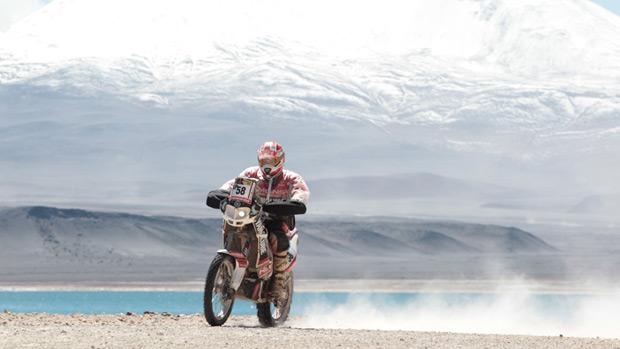 Motociclista espanhol Miguel Puertas Herrera, durante a sexta etapa do rali Dakar