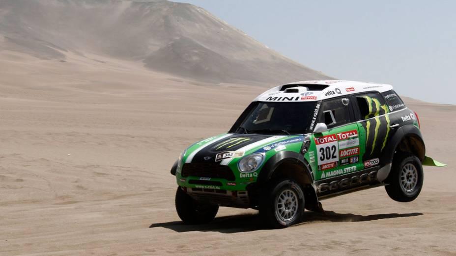 Os franceses Peterhansel e Cottret, durante a décima terceira etapa do rali Dakar. A dupla foi campeã nos automóveis