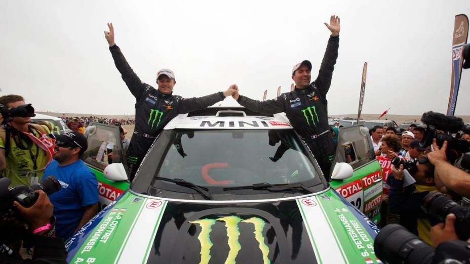 A dupla de franceses Peterhansel e Cottret comemora a vitória na categoria automóveis, no rali Dakar