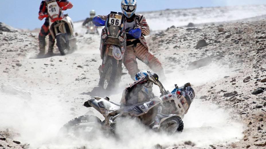 O argentino Eduardo Alan cai com sua moto durante a décima primeira etapa do rali Dakar, no Peru