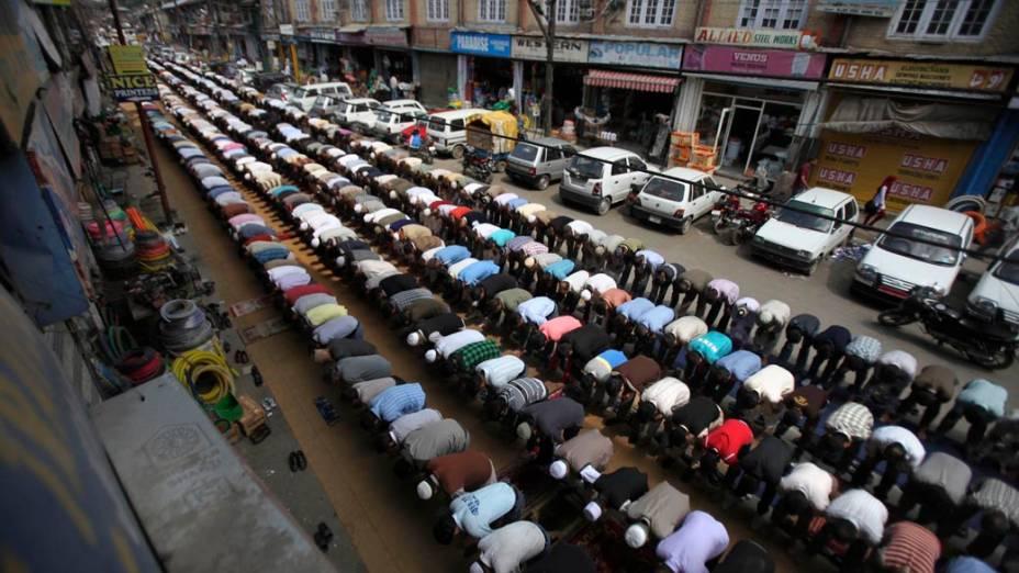 Muçulmanos durante as orações de sexta-feira do Ramadã, o mês sagrado para os islâmicos