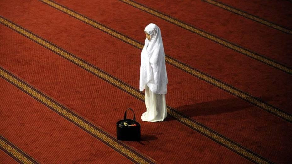 Na primeira noite do Ramadã, mulher reza em Jacarta, Indonésia. O Ramadã é o nono mês do calendário mulçumano. Durante o mês, é proibido comer, beber, fumar e manter relações sexuais entre o amanhecer e o pôr-do-sol.