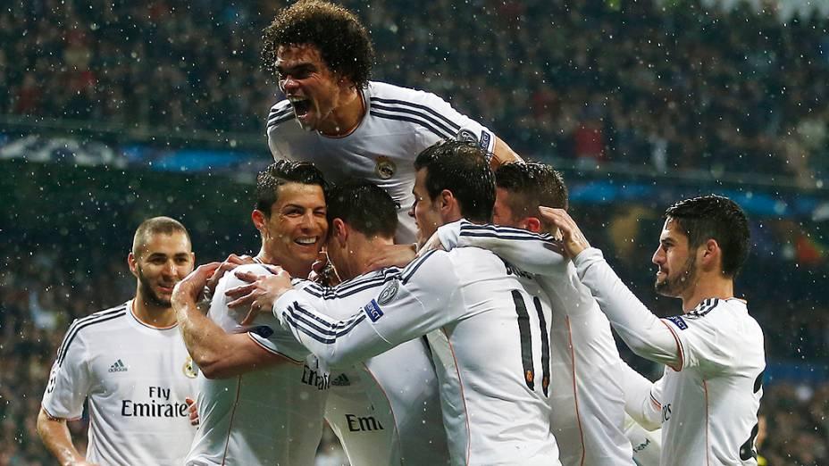 Jogadores do Real comemoram um dos gols da equipe
