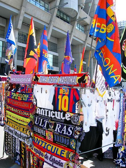Faixas e camisas contra e a favor do Barça são vendidas diante do estádio do Real