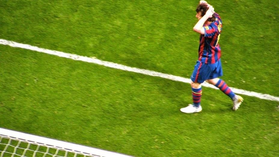 Messi, um dos destaques da partida, lamenta um gol perdido no segundo tempo