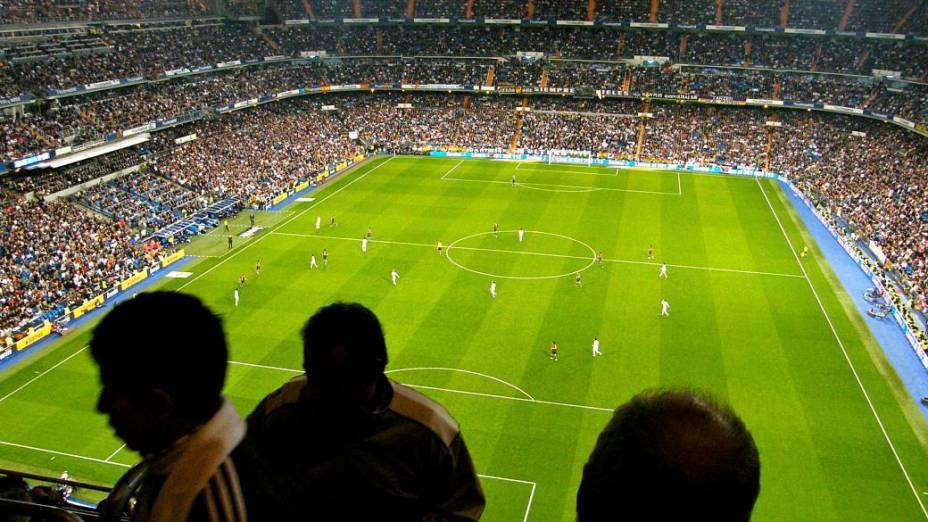 Com o Barça em vantagem no placar (2 a 0), os torcedores do Real Madrid começam a deixar suas cadeiras no estádio