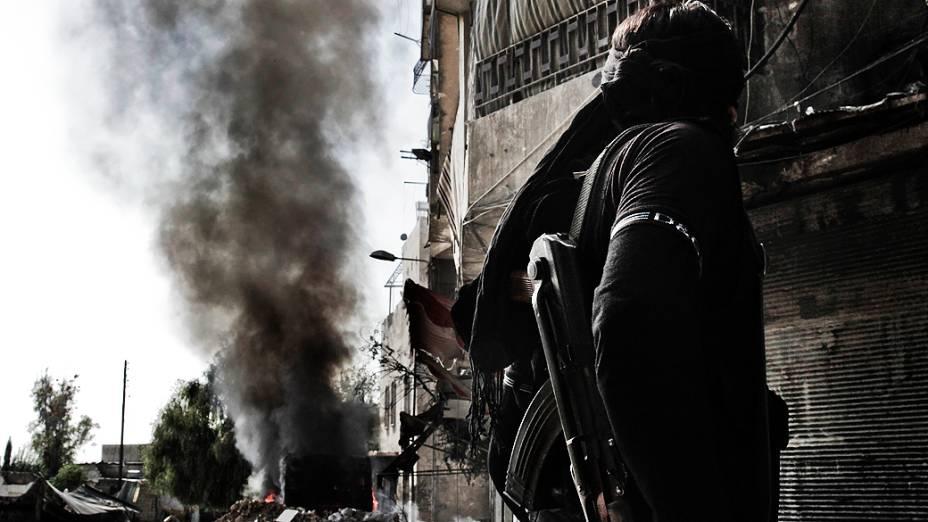 Coluna de fumaça é vista após confrontos entre rebeldes e forças do governo sírio no norte de Aleppo
