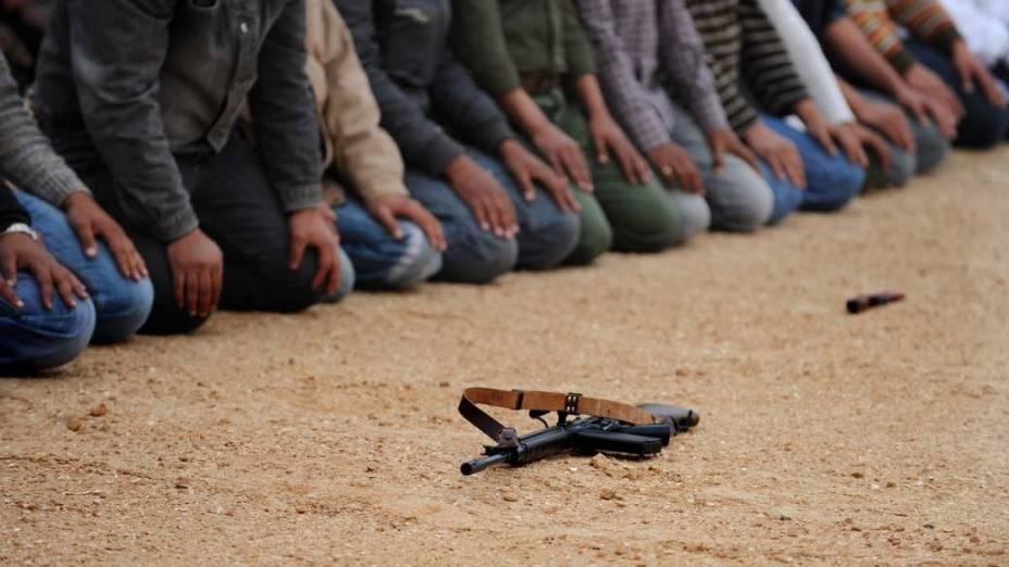 Na Líbia, rebeldes rezam antes de ir para confronto com as forças armadas de Kadafi