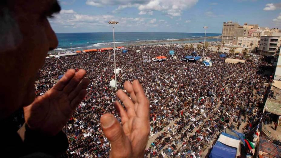 Rebeldes participam das orações de sexta-feira em Benghazi, Líbia