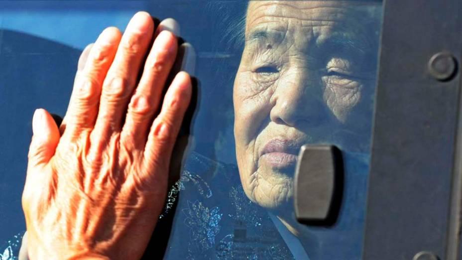 Familiares separados pela guerra entre as Coreias em 1950 se despedem após encontro em Monte Kumgang, na Coreia do Norte