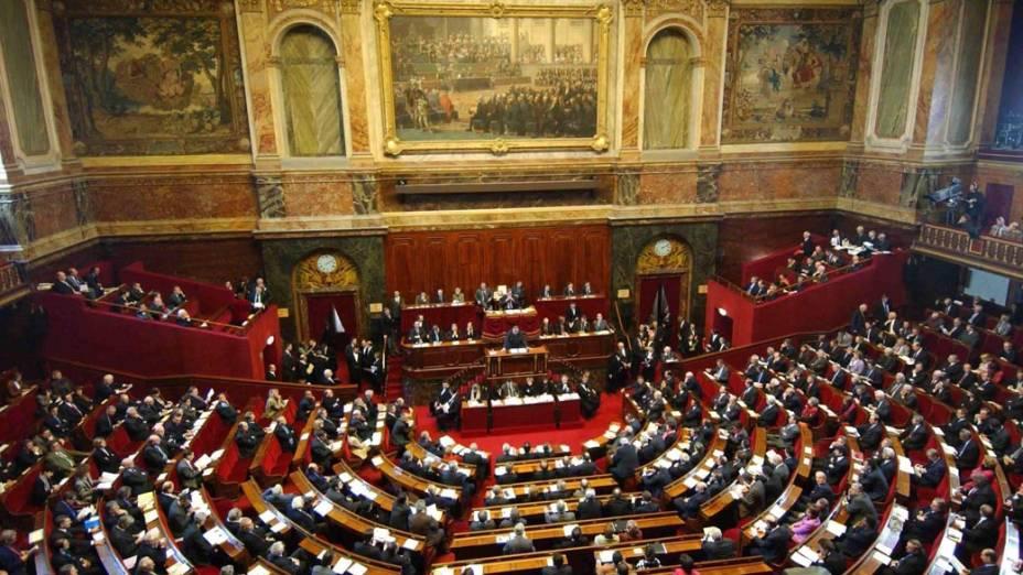 """<strong>EUROPA</strong> – """"O euro está condenado. Vai afundar, podendo provocar um caos econômico e social"""", diz Marine Le Pen. Na foto, votação do referendo sobre a constituição da Europa no Palácio de Versailles, França, 2005"""