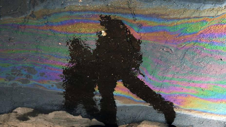 Reflexo em poça de água e óleo em Bucareste, Romênia