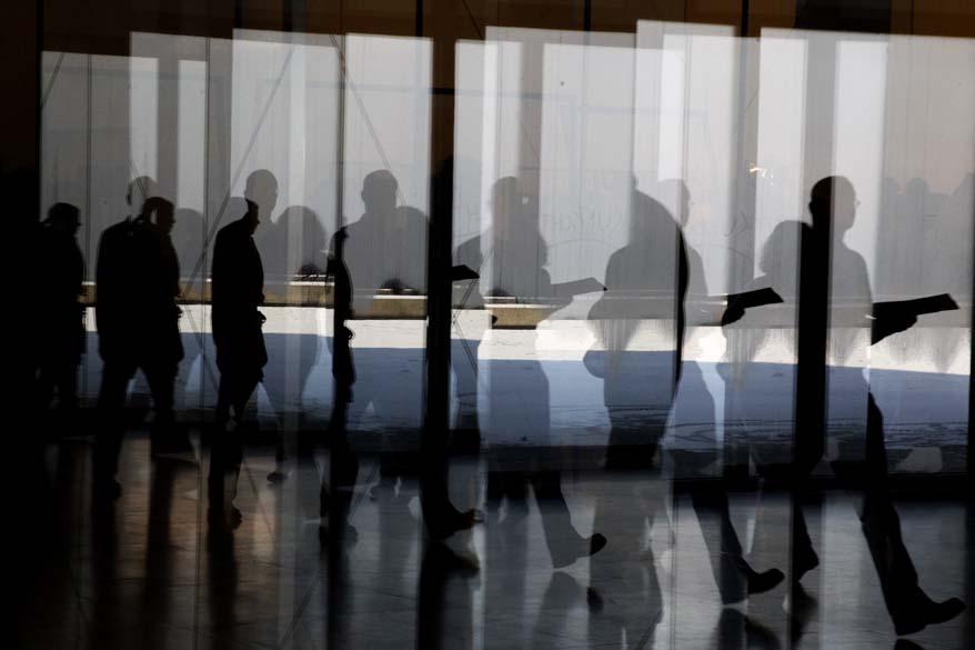 Reflexo em obra de exposição do artista alemão Gerhard Richter em Berlim, Alemanha