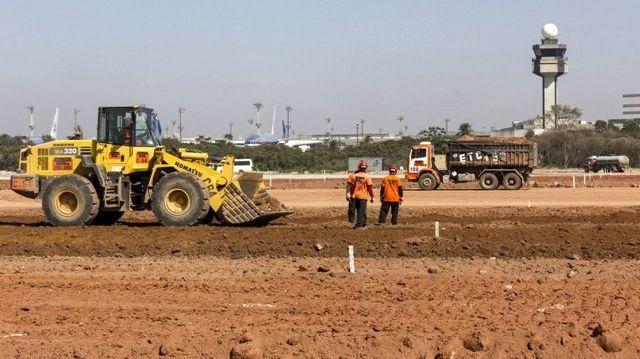 Reforma de aeroportos para a Copa do Mundo de 2014: em Guarulhos, a Infraero faz a terraplanagem de área onde será construído o terceiro terminal de passageiros
