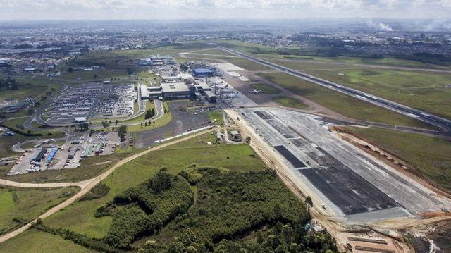 Reforma de aeroportos para a Copa do Mundo de 2014: em Curitiba, a ampliação do pátio de aeronaves é prometida para fevereiro do ano que vem. A reforma do terminal de passageiros, porém, não começou - e não ficará pronta até o início de 2014