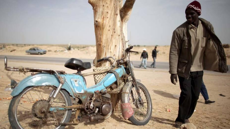 Homem no campo para refugiados de Ras Jedir, fronteira entre a Tunísia e a Líbia. Com os intensos conflitos políticos no oriente médio, centenas de pessoas se deslocam para a região