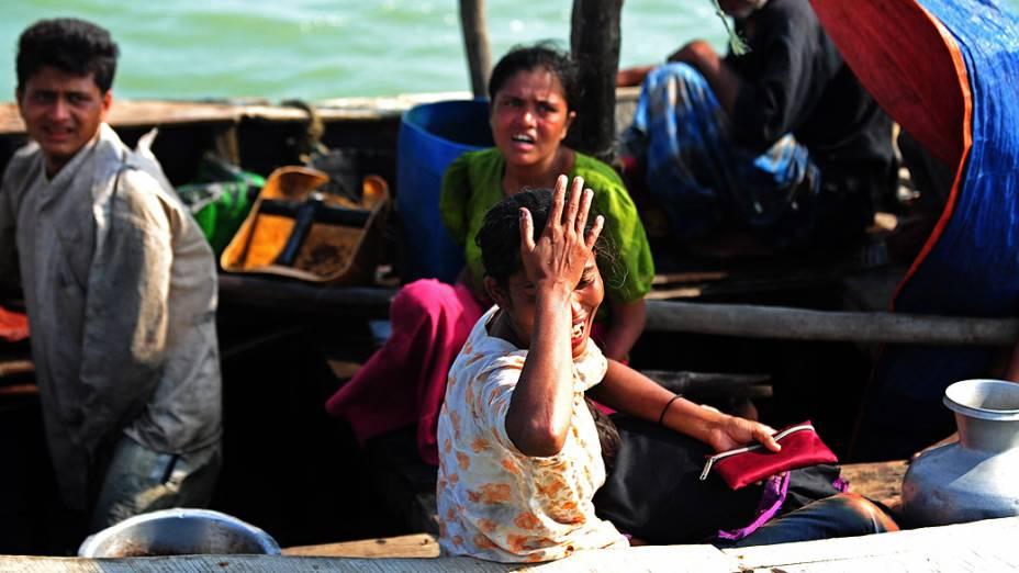 Mulher muçulmana Rohingya, chora em um barco interceptado quando tentavam atravessar o rio Naf em Bangladesh