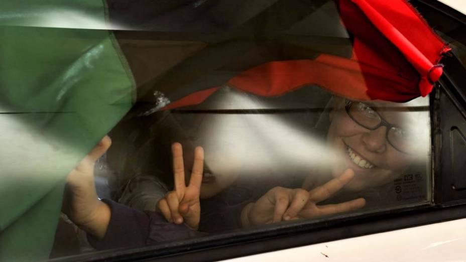 Refugiados líbios atravessam a fronteira egípcia, nas proximidades da cidade de Sallum