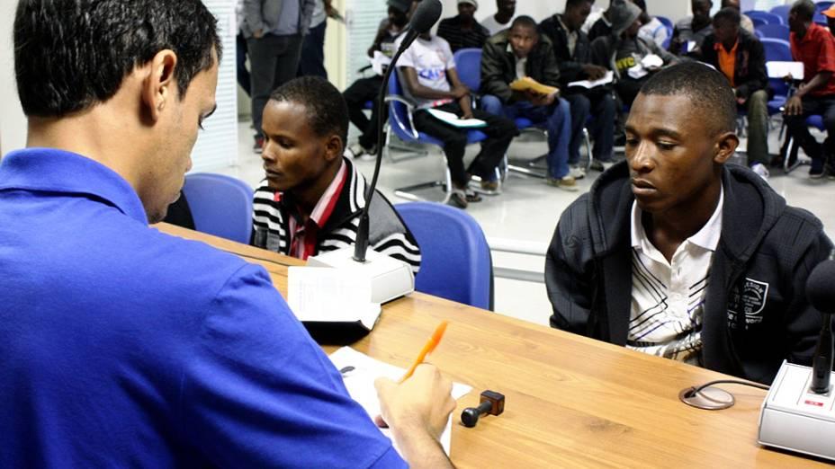 Haitianos tiveram ajuda de conterrâneo que serviu de tradutor durante emissão de carteiras de trabalho em São Paulo