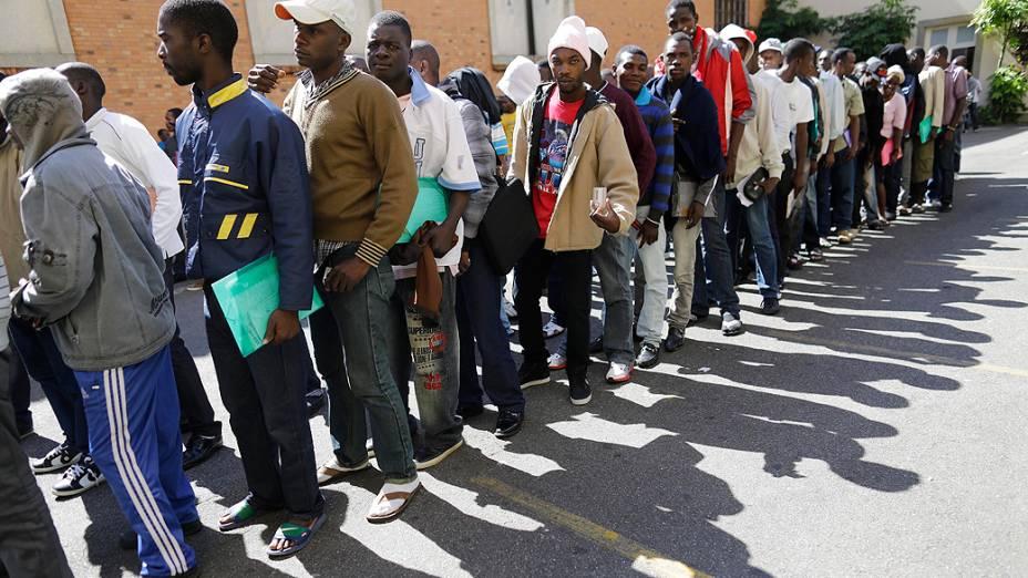 Imigrantes haitianos esperam para tirar carteira de trabalho em São Paulo