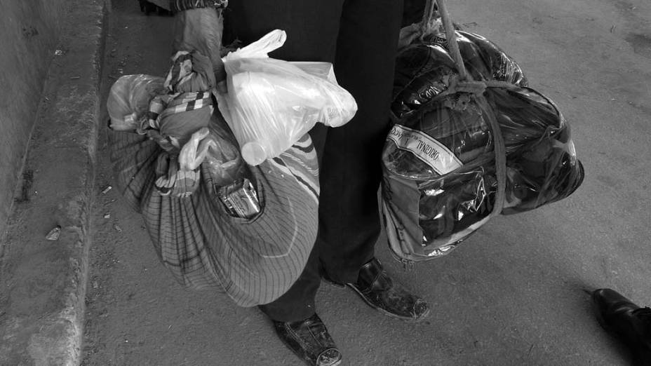 Bagagens de trabalhadores e refugiados que deixam a Líbia pela fronteira com a Tunísia na cidade de Ras Jdir