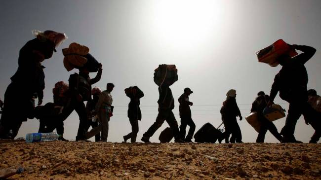 Milhares de refugiados bengaleses na fronteira da Líbia com a Tunísia, na cidade de Ras Jdir