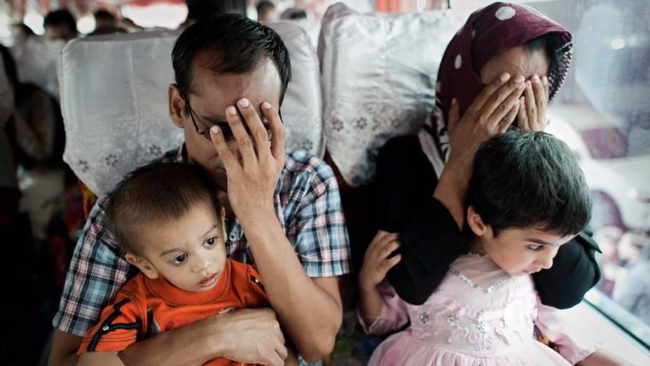 Refugiados paquistaneses são soltos após detenção no centro de imigração de Bangcoc. Cerca de uma centena de refugiados foram liberados após o pagamento de fiança
