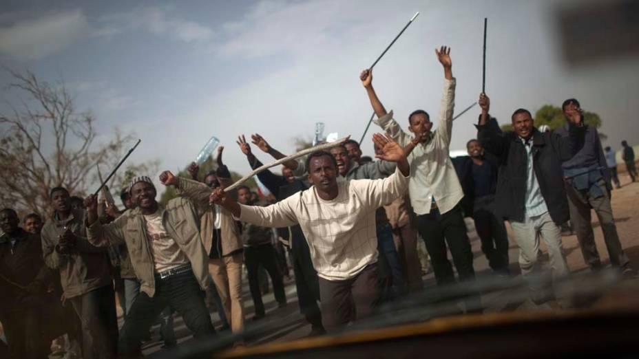 Sudaneses protestam por melhores condições durante o processo de repatriamento, no campo para refugiados na fronteira da Líbia com a Tunísia, na cidade de Ras Jedir