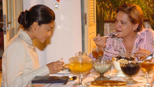 Regina Dourado com Juliana Paes em cena de América (2005)