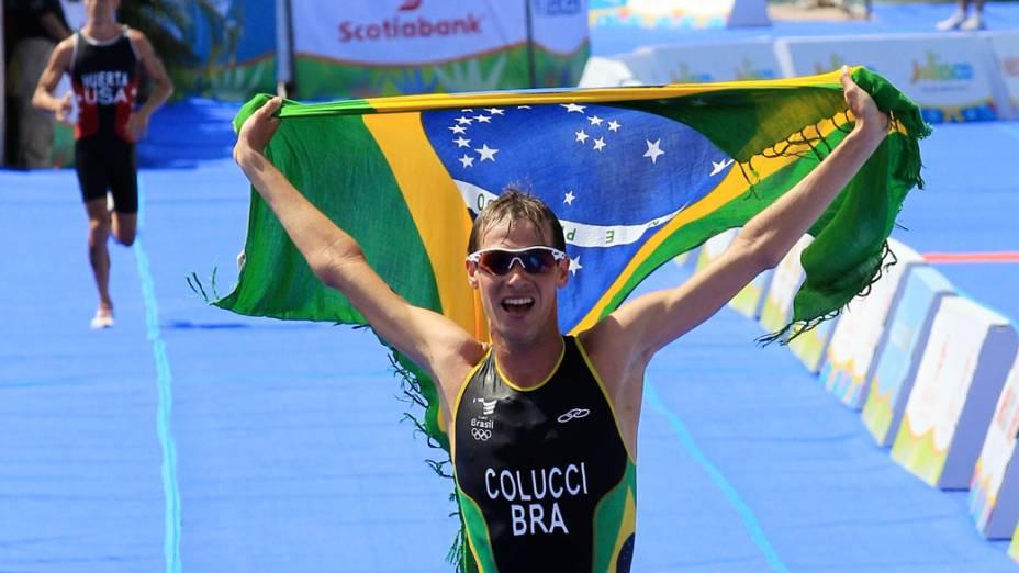 Reinaldo Colucci comemora a conquista do ouro após a competição de triatlo, no nono dia dos Jogos Pan-Americanos em Guadalajara, México, em 23/10/2011