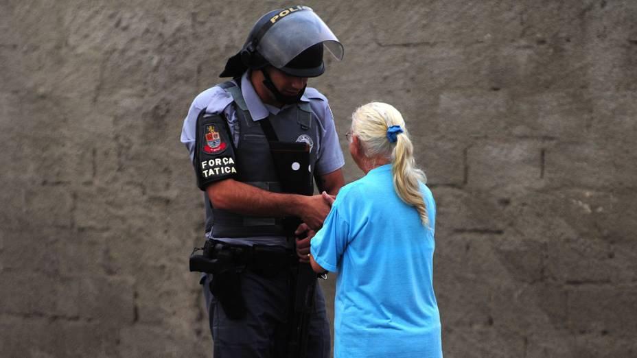 Policial e moradora durante a reintegração de posse da área invadida do Pinheirinho, em São José dos Campos - 22/01/2012