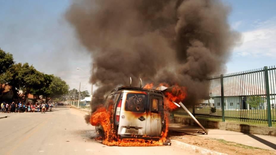 Moradores ateiam fogo em carro da TV Vanguarda, afiliada da Rede Globo, durante a reintegração de posse da área invadida do Pinheirinho, em São José dos Campos - 22/01/2012
