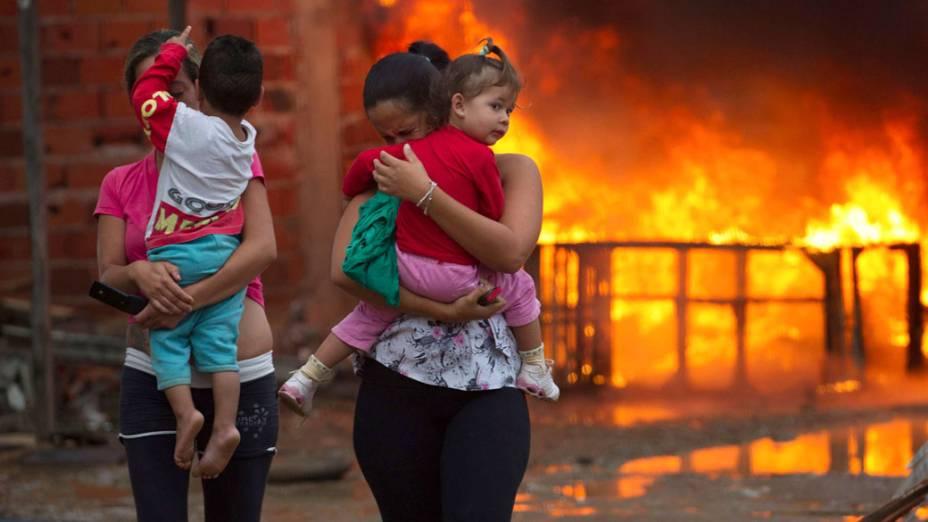 Moradores da área invadida em Pinheirinho, durante a reintegração de posse pela polícia - 22/01/2012