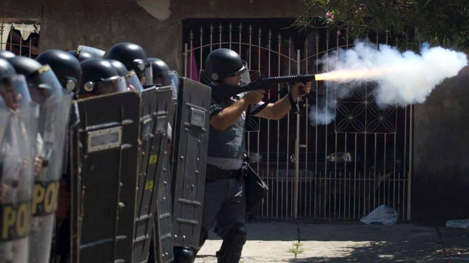 Policiais da tropa de choque disparam contra moradores que impediam a reintegração de posse, em Pinheirinho - 22/01/2012