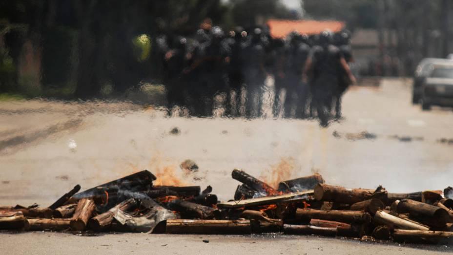 Policiais em confronto com a população, durante a reintegração de posse da área invadida do Pinheirinho, em São José dos Campos - 22/01/2012